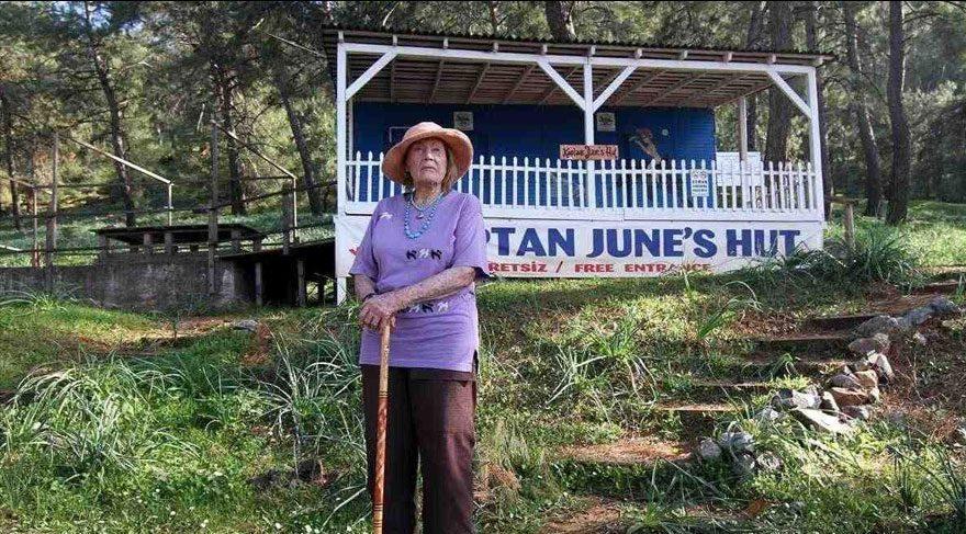 Kaptan June voor haar hut