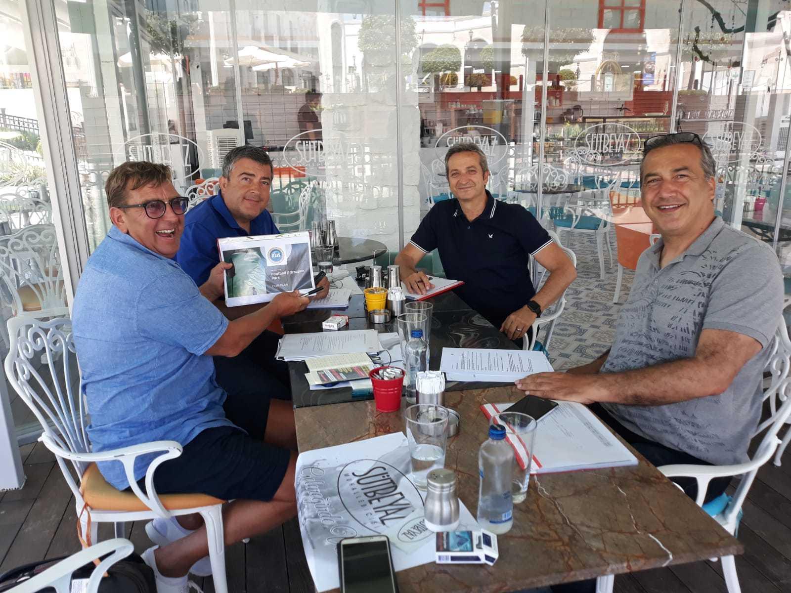 Het team dat het attractiepark gaat realiseren, linksonder Marcel Boonstra