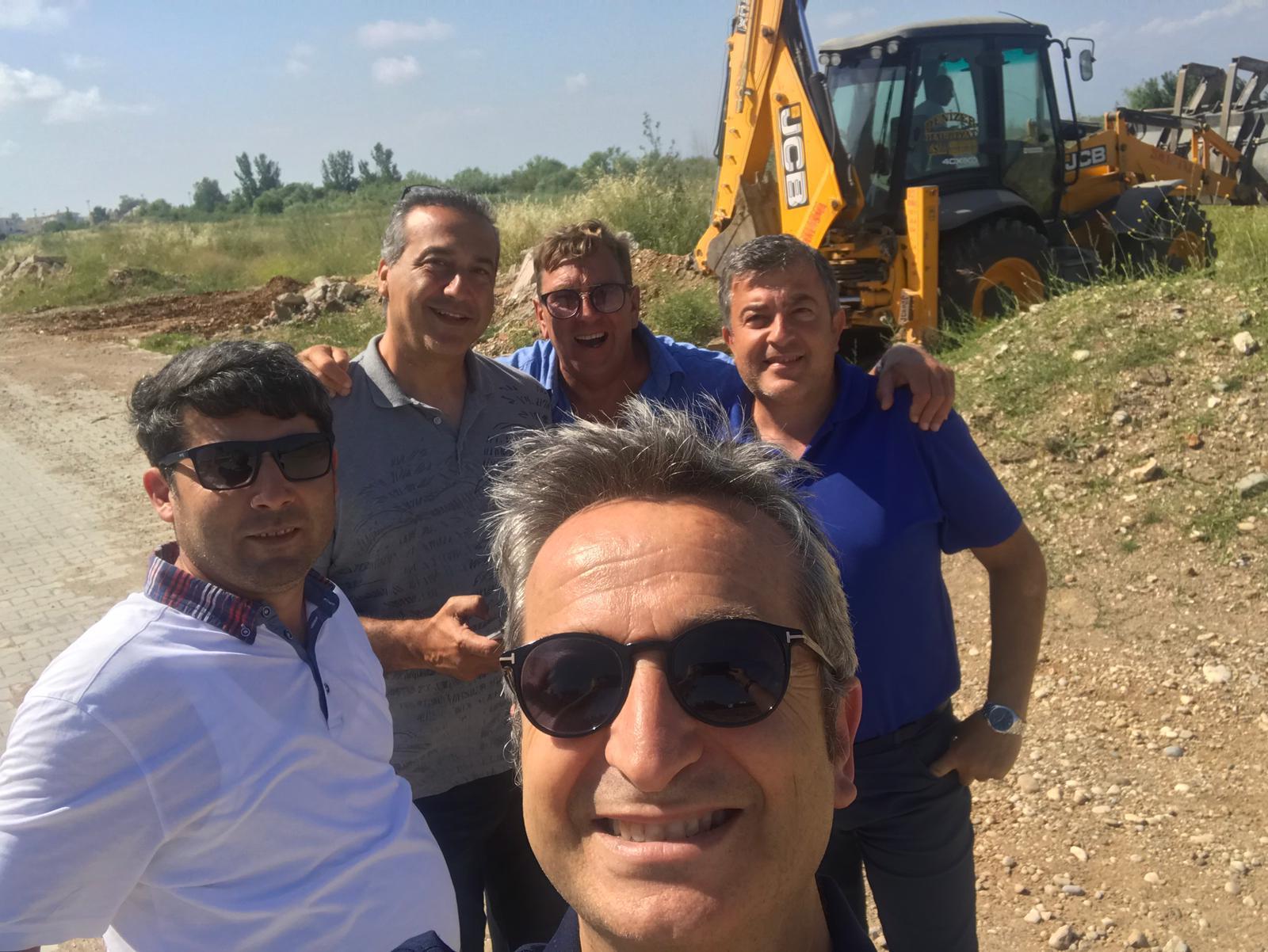 Het team, aangevuld met  Yakup, bemiddelaar met de gemeente Belek